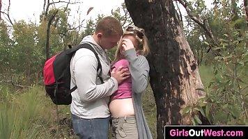 Парень с блондинкой на природе занялись сексом при включенной камере
