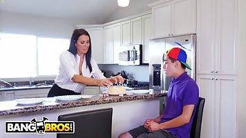 Молодой парень трахает сисятсую мамку на кухне после глубокого минета