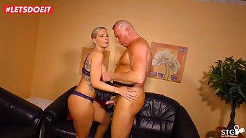 Большой мужчина дала в рот татуированной блондинке и поимел её раком на диване
