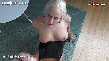 Татуированная блондинка с натуральной грудью ловко делает минет другу