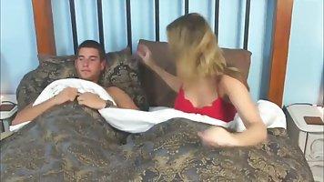 Парень трахнул сонную мамку ранним утром и довел ее до бурного оргазма