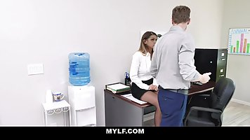 Грудастая секретарша в офисе раздвинула ноги перед коллегой