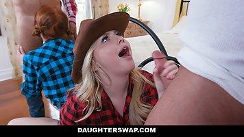 Две молодые девушки устроили для зрелых ковбоев настоящий трах вчетвером