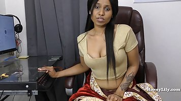 Indian babe in front of webcam fingering her pussy fingers