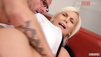 Blonde with elastic ass cums from anal sex on the casting