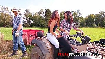Фермер в поле прогнул в позу раком двух красоток с большими дойками для секса вт...