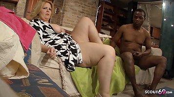 Толстая женщина с большими дойками занимается сексом с негром