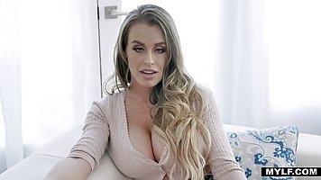 Блондинка с большими дойками перед камерой показывает соло с розовым дилдо