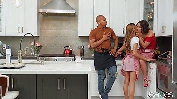 Негр на кухне трахает мамочку с большими дойками и ее дочку с выбритой киской