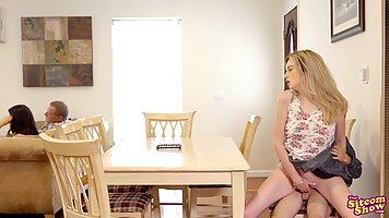 Блондинка на диване кайфует от хардкора со своим новым приятелем