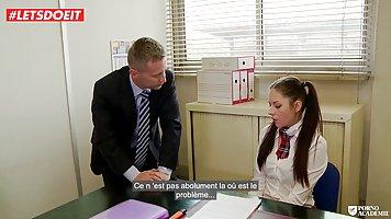 Деловой мужик в галстуке трахает молоденькую студентку после лекции