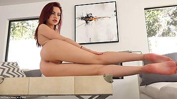 Брюнетка с длинными ногами стонет от нежной мастурбации перед вебкой