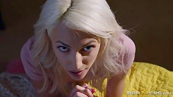 Парень подглядывает за мастурбацией блондинки и трахает ее в рот