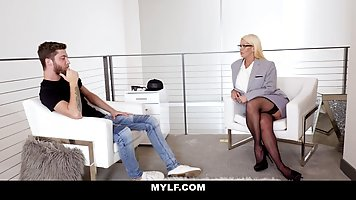 Мамочка блондинка в чулках во время сеанса соблазнила клиента на секс