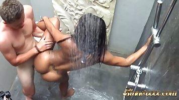 Мулатка приняла душ и удовлетворила мускулистого парня перед вебкой