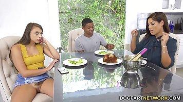 Негр соблазнила двух родственниц с большими дойками на секс втроем