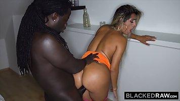 Блондинка с большими дойками и задницей трахается с негром в отеле