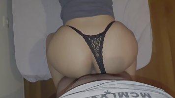 Прелестная барышня с большой жопой раздвинула ноги для секса от первого лица