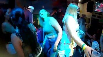 На вечеринке девушки крутят своими попками и показывают шикарные сиськи