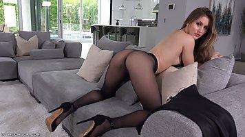 Девушка в колготках показывает настоящую мастурбацию и оргазм
