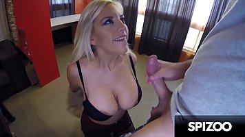 Мамочка блондинка в чулках трусит большими дойками во время секса