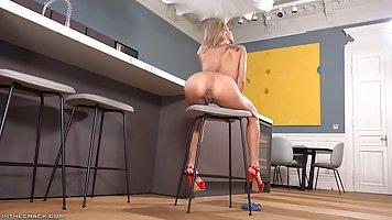 Блондинка в красных туфлях ласкает на стуле анус и кончает от этого