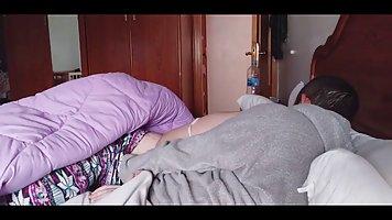 Мужик снял серую кофту и выебал на кровати девицу с большими дойками в любимой п...