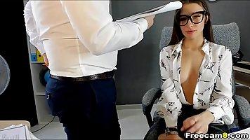 Начальник в офисе разговаривает по телефону имеет дрочащую брюнетку рачком