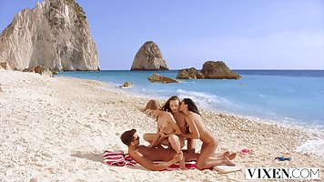 Соблазнительные и стройные девушки на пляже подарили парню секс вчетвером