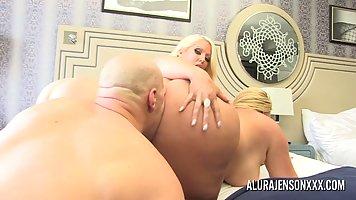 Две блондинки с большими жопами и сиськами устроили мужику секс втроем