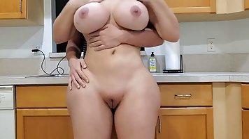 Пасынок на кухне снимает на веб камеру секс со своей мамочкой с большими дойками