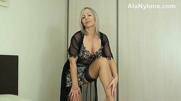 Зрелая блондинка в эротическом белье показывает свою соло программу