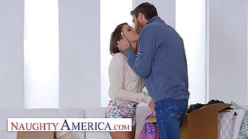 Мужчина с бородой заставляет свою подружку стонать от анала в тугую дырку