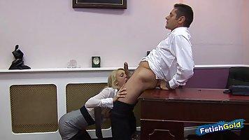 Блондинка в чулках прямо в офисе сделала минет и прыгает на члене начальника