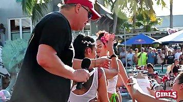 Во время вечеринки девушки в купальниках показывают попки и сиськи