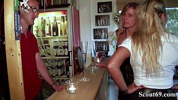 Две озабоченные мамочки занимаются сексом втроем в публичном баре