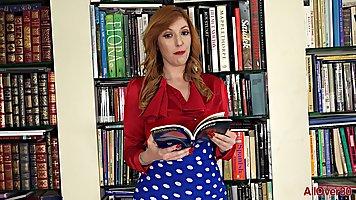 Мамочка с рыжими волосами и большими дойками раздвинула ноги для соло дрочки
