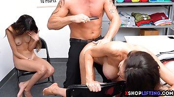 Охранник в офисе дарит двух молодым телочкам незабываемый секс втроем