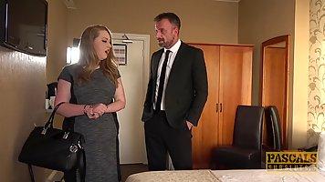 Толстушка в чулках в номере отеля кончает от анала со своим любовником