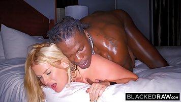 Негр снял на улице блондинку с большой жопой и трахнул ее у себя в номере
