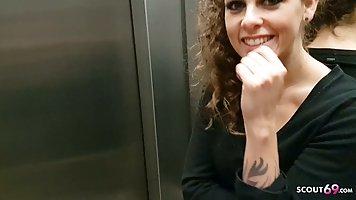 Девушка с любовником прямо в лифте снимают домашнее порно хардкор