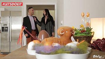 Брюнетка во время праздника трахается со своим соседом на диване