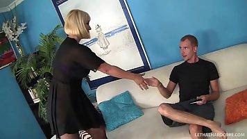 Блондинка мамочка раздвигает ноги в чулках перед твердым членом молодого парня