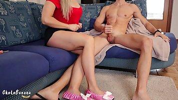 Блондинка с большой жопой подставляет свою пилотку для секса на веб камеру