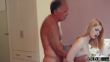 Mature man with glasses put dick in pussy young blonde by fucking her in bed