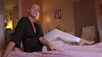 Красотка мамочка раздвинула ноги для страстного секса от первого лица