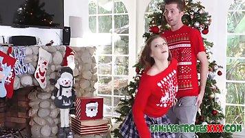 Молодая парочка перед Рождеством занимается красивым сексом