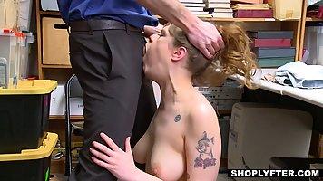 Грудастая девушка расплачивается киской за украденный товар