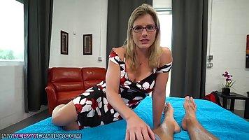 Грудастая мамочка в очках подставляет свою щель для секса от первого лица