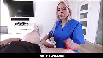 Блондинка с большой задницей прыгает на фаллосе пациента от первого лица